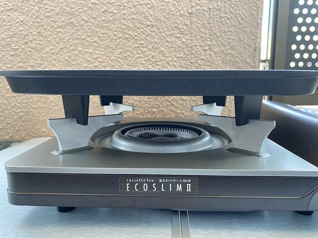 画像: 愛用のイワタニ カセットフー エコスリム2(旧モデル) ※画像は本体に専用の鉄板をのせています (筆者撮影)
