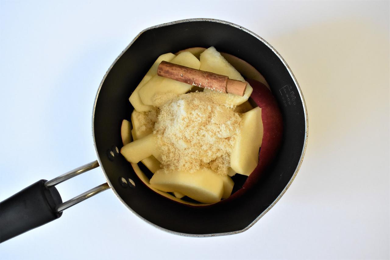 画像: 筆者撮影 鍋ごと冷やしている間にリンゴが色づきます。
