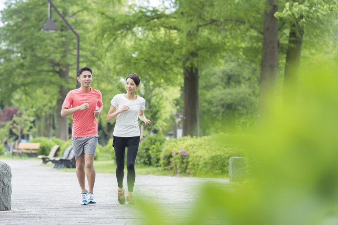 画像: 夏は涼しい時間に木陰のある場所で走りましょう