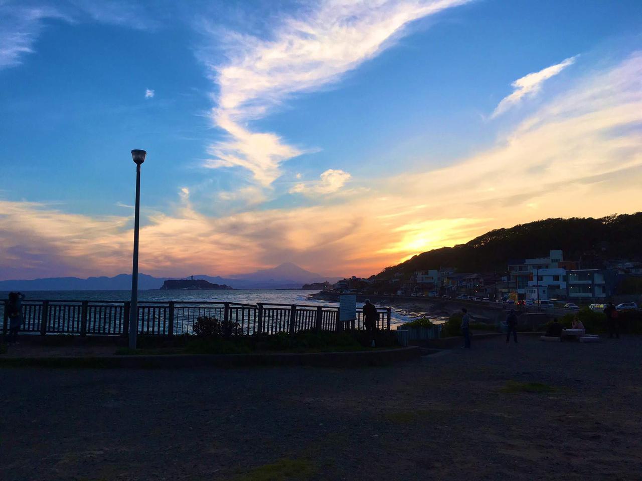 画像: 筆者撮影 この日は少し雲が多かったのですが、綺麗に富士山のシルエットも見えますね