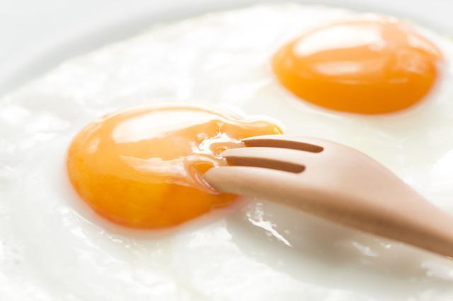画像: トロッとおいしい半熟卵は水分が多く 食中毒の原因となる菌が繁殖しやすい!?