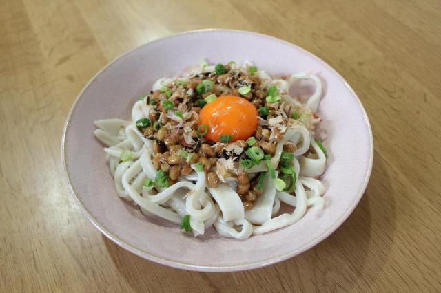 画像: レシピ2.「納豆と塩昆布の釜玉うどん」 (筆者撮影)