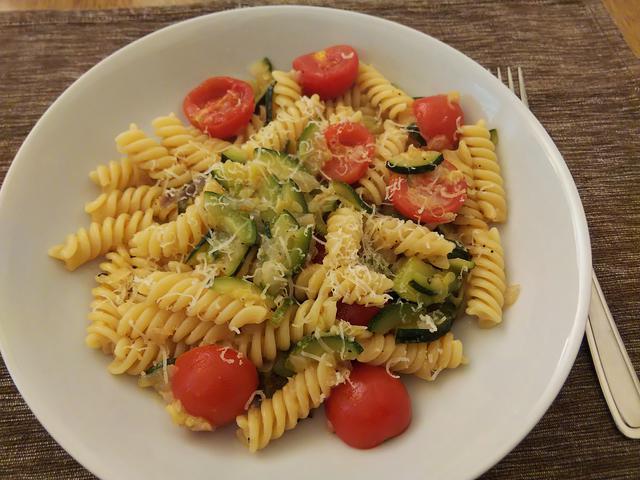 画像: 手順4.ズッキーニとミニトマトのパスタ完成 (筆者撮影)