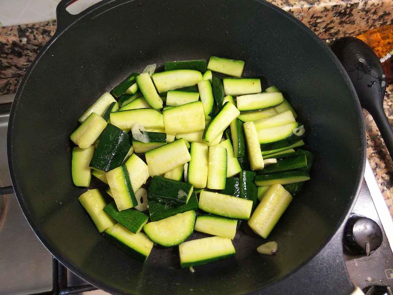 画像: 手順2.オリーブオイルとニンニクの入ったフライパンにズッキーニを投入 (筆者撮影)
