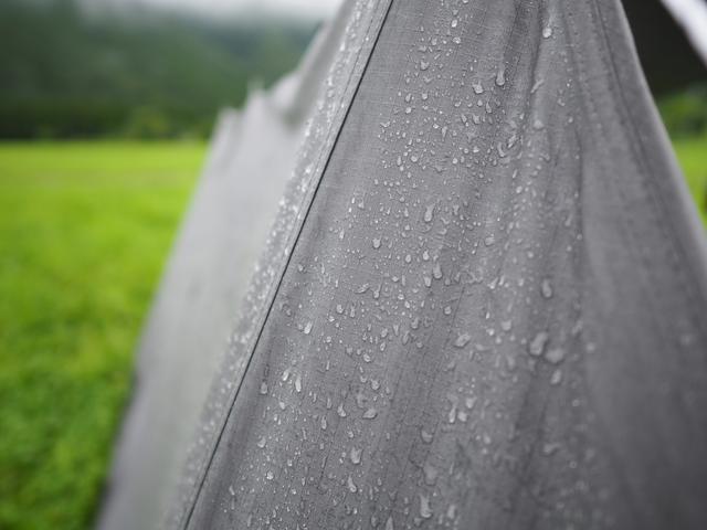 画像: 【雨キャンプの必需品】雨予報でも安心! 便利なタープ・レイングッズなどの持ち物・使い方をご紹介!