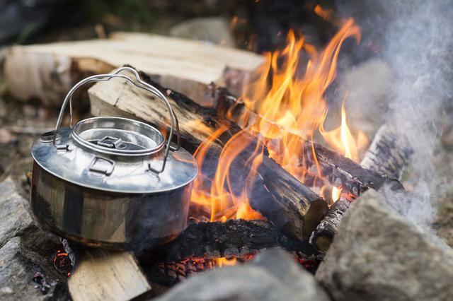画像: ケトルがあれば登山やキャンプでカップラーメンなどが楽しめる! 災害時もお湯が沸かせると便利