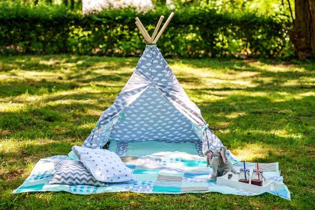 画像: 「我が家流おうちキャンプの第一歩」窓のある部屋にテーブルとチェア・ラグマットで非日常空間を演出