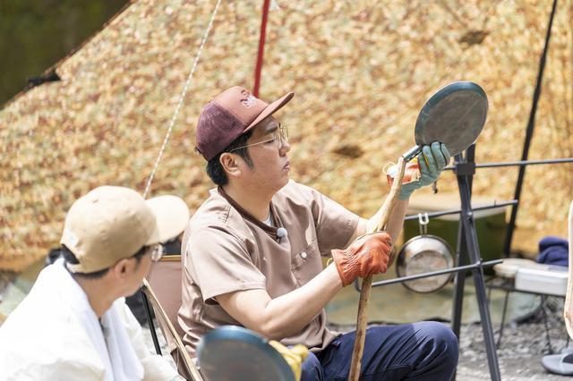 画像: Photographer 吉田 達史 焚き火フライパンの準備をする小木さん