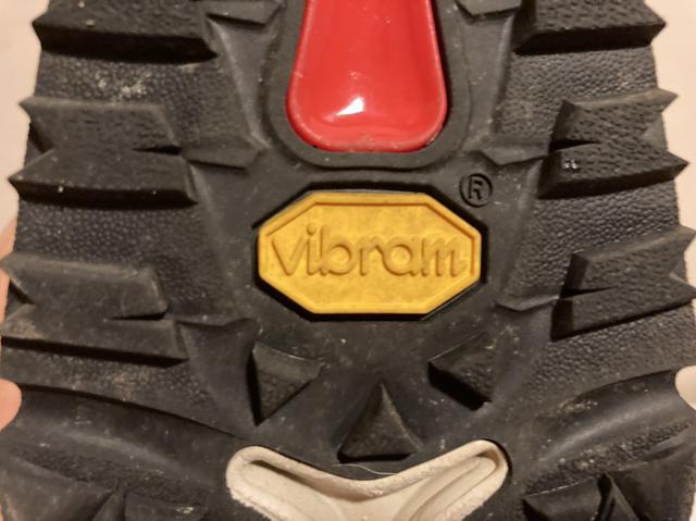 画像: ダナーの靴にはビブラム(Vibram)のロゴが刻印されています (筆者撮影)