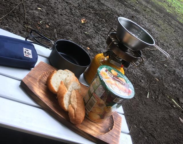 画像: 筆者撮影 ある日の朝食。パンとインスタントスープ!