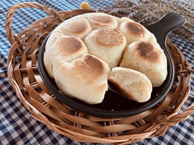 画像: 【レシピ公開】ホットケーキミックスで簡単 スキレットを使ったちぎりパンの作り方3選 - ハピキャン(HAPPY CAMPER)