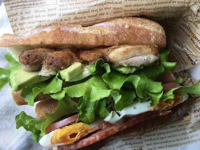画像: 【サンドイッチのレシピ3選】おうちキャンプのお供に!人気の具をバゲットに挟むおしゃれサンド - ハピキャン(HAPPY CAMPER)