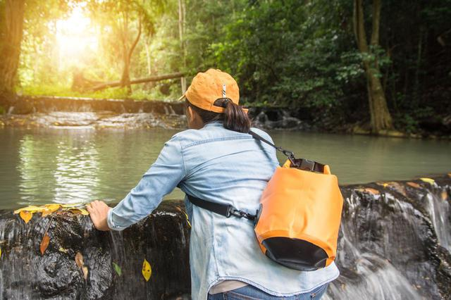 画像: ワークマンなどで防水バッグ・リュックをゲットしよう! 防水機能で大切な荷物を水濡れから守る