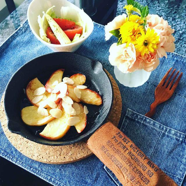 画像: 【スキレットの使い方4】スイーツも簡単調理できるのでおすすめ! 焼いてからめるだけ「リンゴのバター焼き」のレシピ
