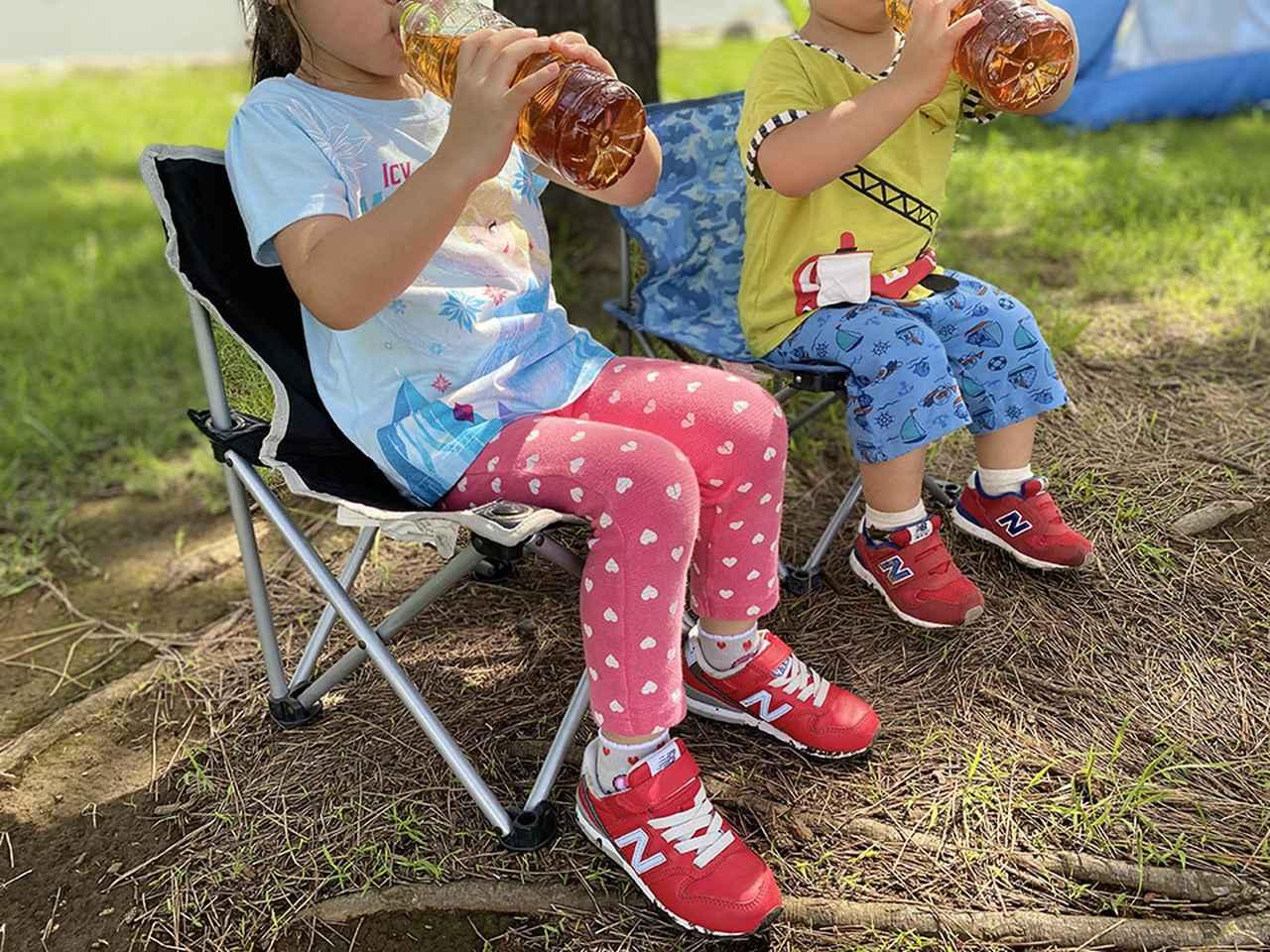 画像: コンパクトなキャンプチェアは3歳(身長102cm)と1歳(身長87cm)が座るとこんな感じです (筆者撮影)