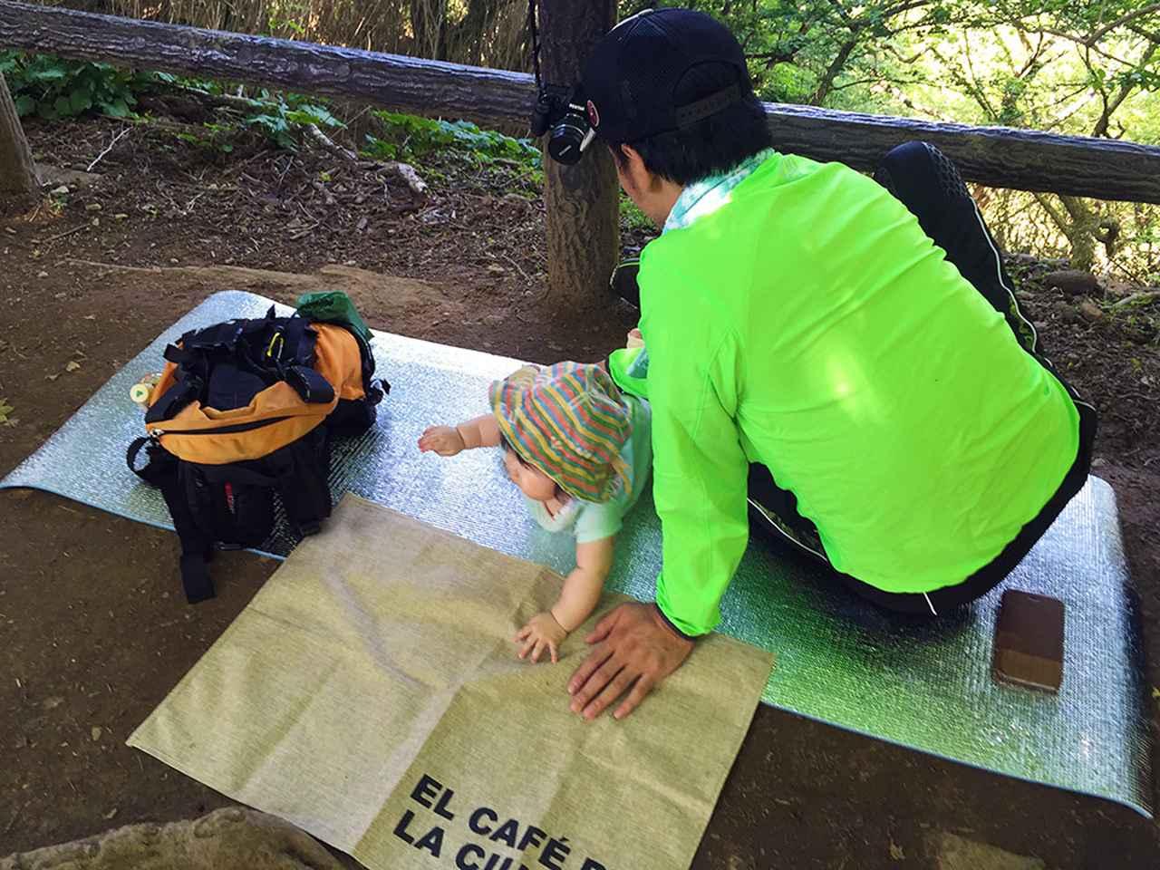 画像: 筆者撮影 0歳の娘を連れて筑波山登山。休憩時は銀マットの上をハイハイ