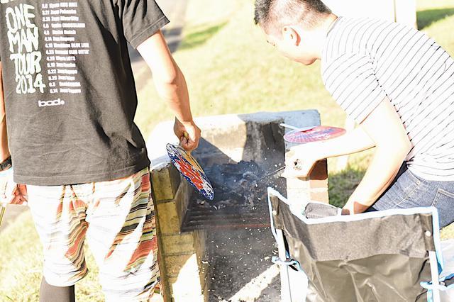画像: 効率的な火起こしの方法1. 着火剤は炭の下に置く!取り囲むように炭を組む!風を送る!