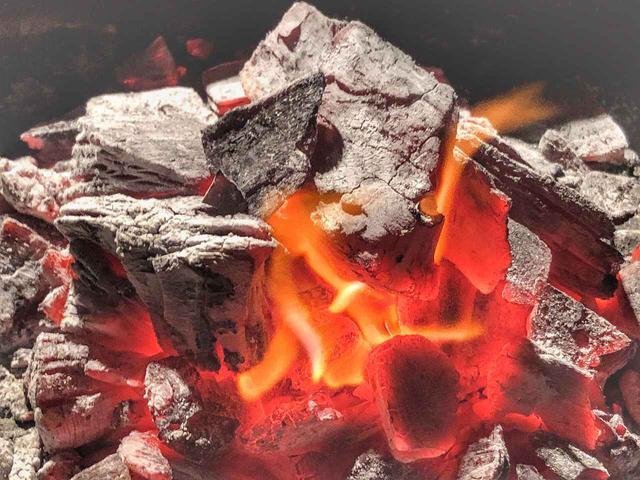 画像: キャンプの火起こしにおすすめ! 黒炭・成形炭・オガ炭などの特徴を種類別に解説! - ハピキャン(HAPPY CAMPER)