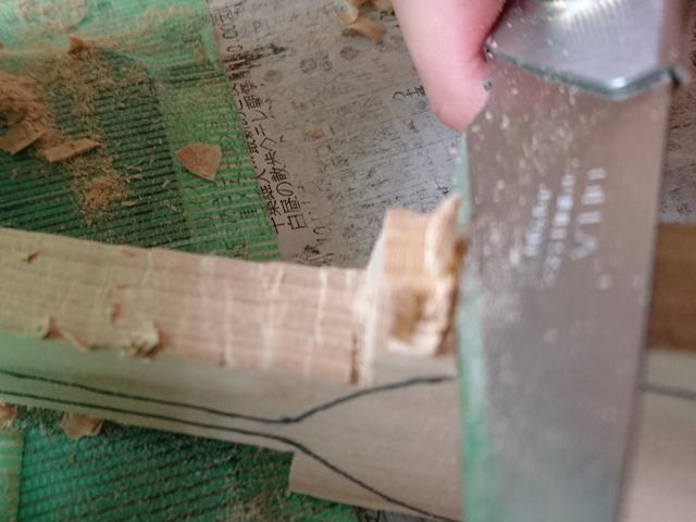 画像: ノコギリで削れなかったスプーンの細かい部分をクラフトナイフで調整 (筆者撮影)