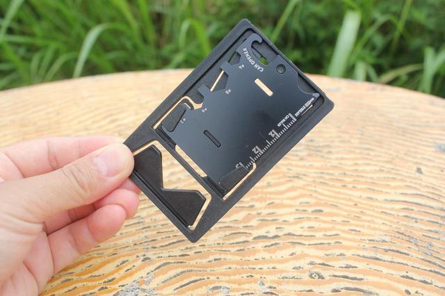 画像: 収納時はカードタイプとなり持ち運びしやすい (筆者撮影)