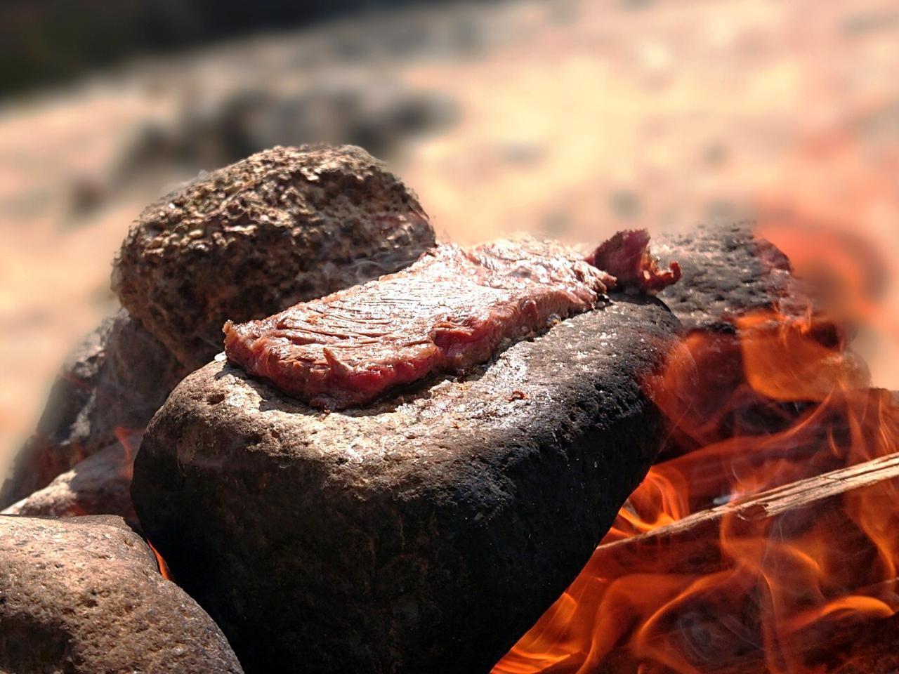画像: 【無骨キャンプの神髄】石焼きステーキで他では味わえないワイルドなステーキを味わおう! - ハピキャン(HAPPY CAMPER)