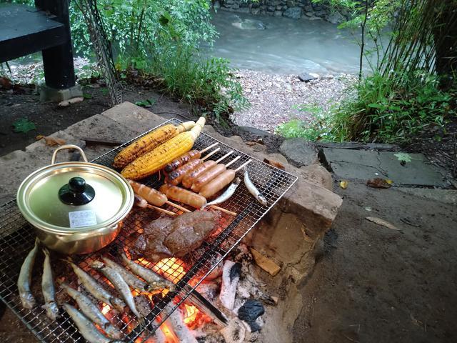 画像: 筆者撮影「バーベキューの火おこしはお任せできるのでラクチン」
