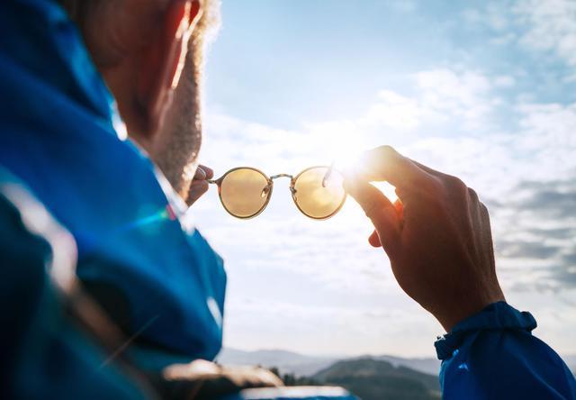 画像: ポイント3:サングラスのレンズはUVカット機能付きが必須! 車の運転や釣りには偏光レンズがおすすめ!