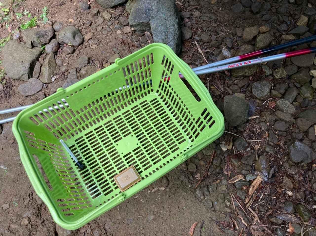画像: 釣り竿2本と簡易生け簀用のカゴをレンタル (筆者撮影)