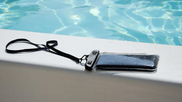 画像: 防水ケースを選ぶ時のポイント3:水上で操作するなら浮くタイプの防水ケースを!