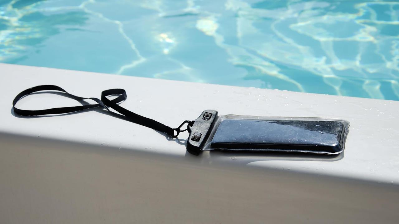 画像: スマホ防水ケースを選ぶ時のポイント3:水上で操作するなら浮くタイプの防水ケースを!