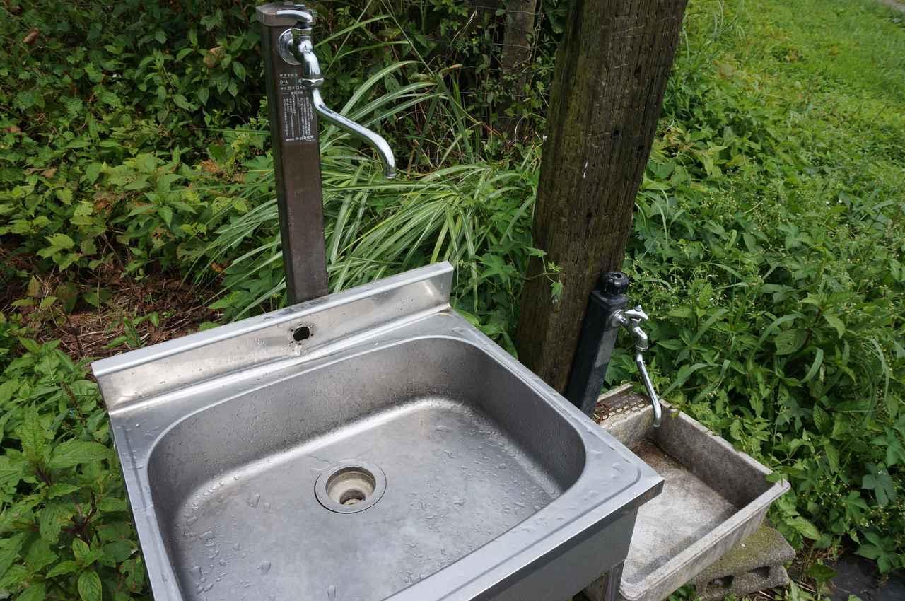 画像: 筆者撮影「サイトの各地に水場が設置されています」