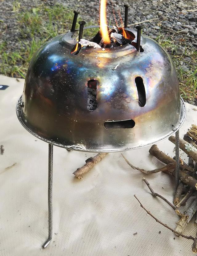 画像: 自作焚き火台と焚き火シート (筆者撮影)