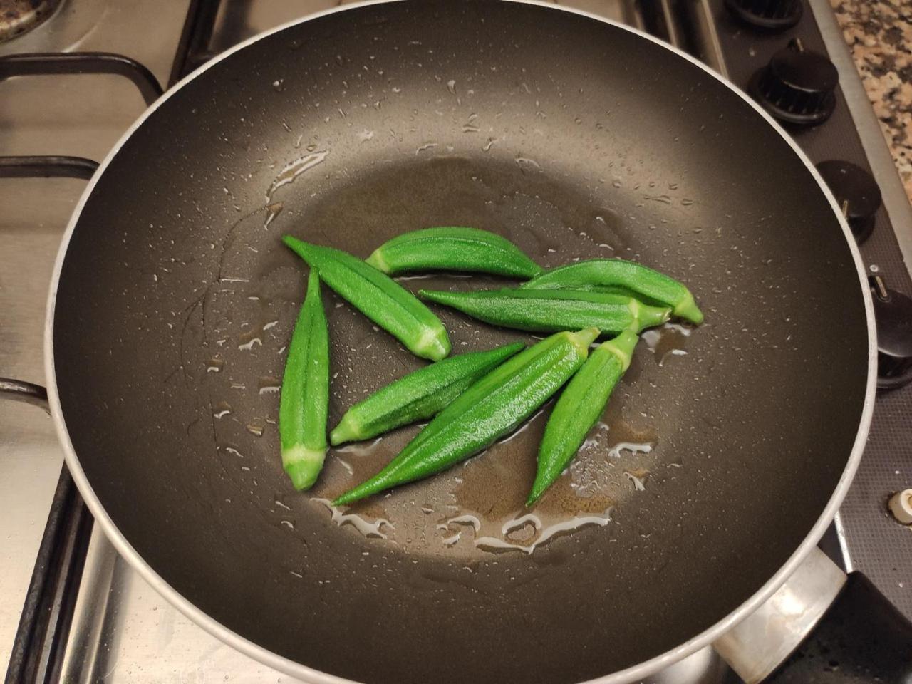 画像: 筆者撮影 下処理したオクラをオリーブオイルで焼く