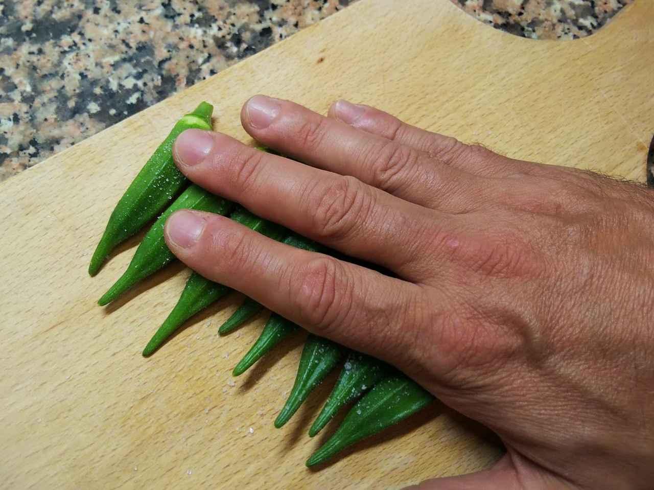 画像: 筆者撮影 オクラの下処理は板ずりしてうぶ毛を取る