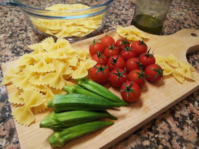 画像: 筆者撮影 オクラとミニトマトの冷製パスタの材料