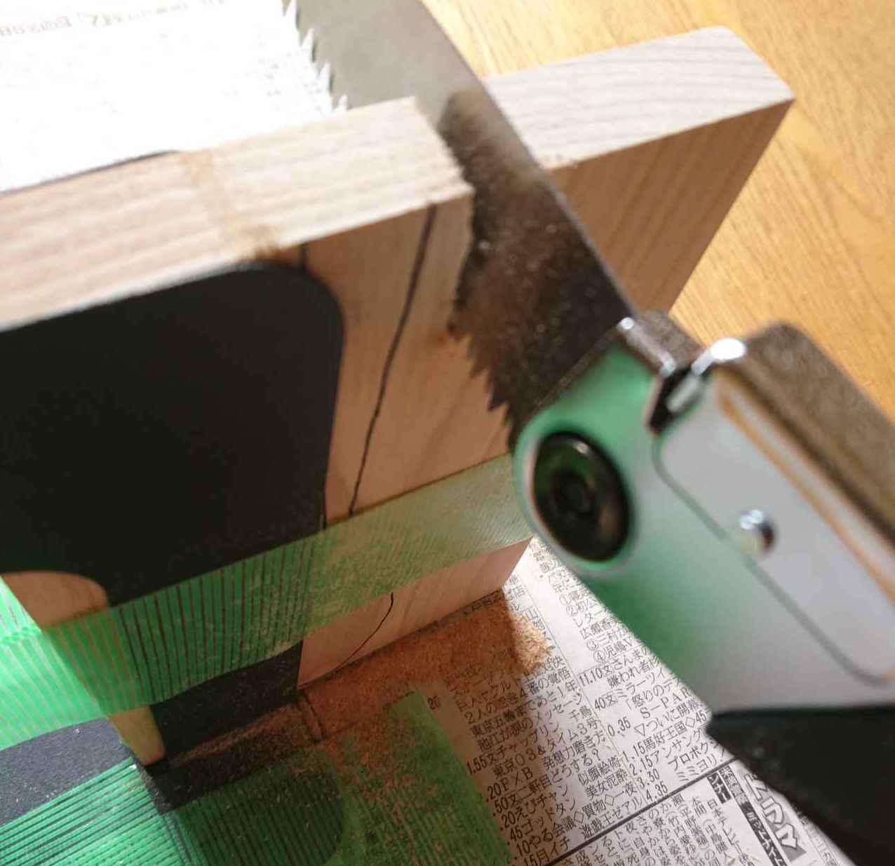 画像: けがきしたスプーンの外枠を大胆に削る (筆者撮影)
