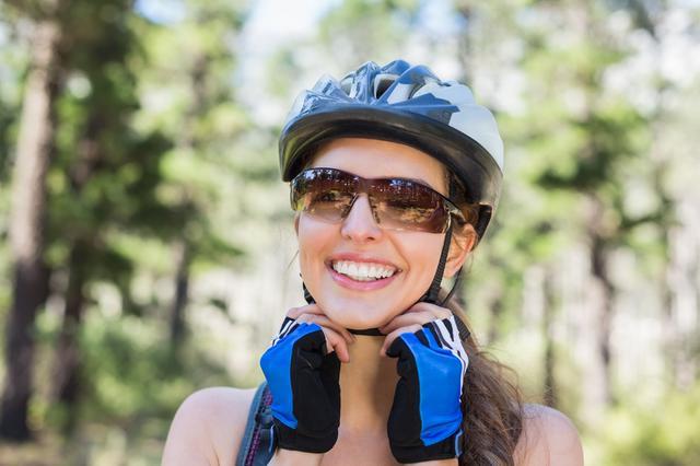 画像: 風・ほこりをガードするからサイクリングにはサングラスも重要 サイクルジャージと一緒に持っておこう