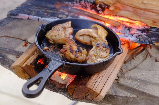 画像: シーズニングを繰り返し最高の相棒になったスキレットで最高のキャンプ料理を楽しもう!