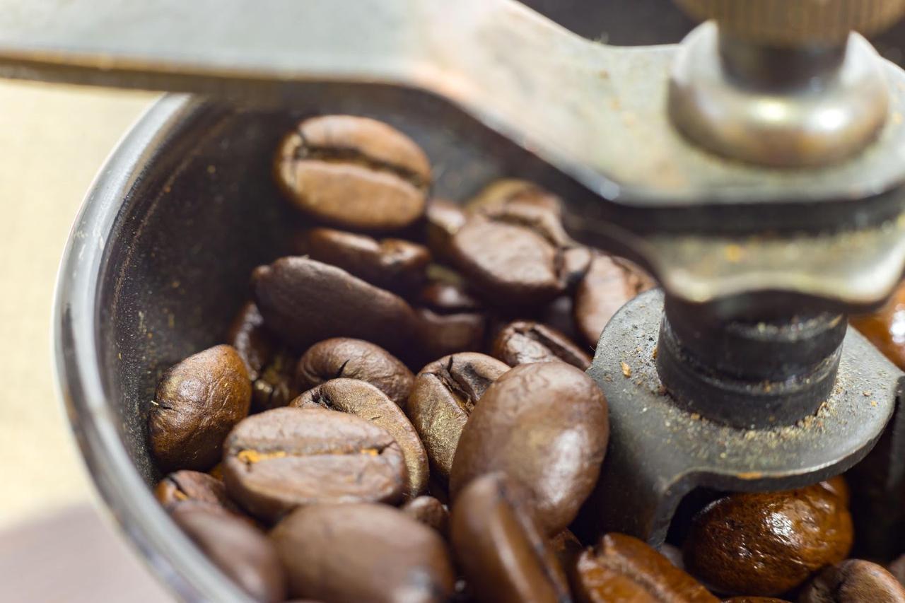 画像: 【コーヒーミルの選び方②】キャンプで使うなら手動のコーヒーミルを! 挽いてる時間もリラックス