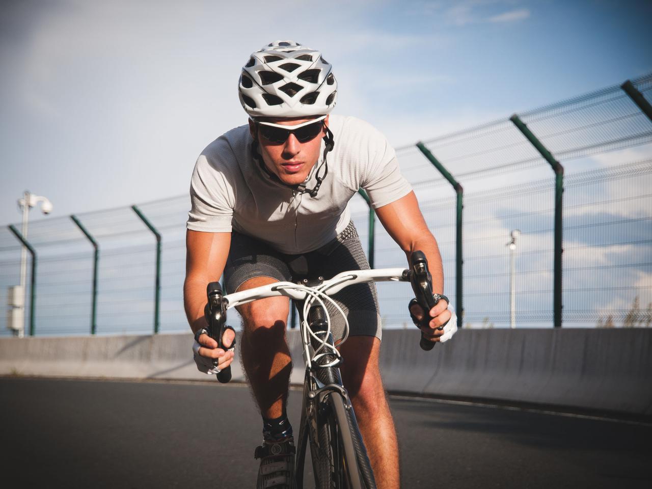 画像: 【サイクルジャージ】本格サイクリングの服装を解説!おすすめのウェア&サングラスもご紹介 - ハピキャン(HAPPY CAMPER)