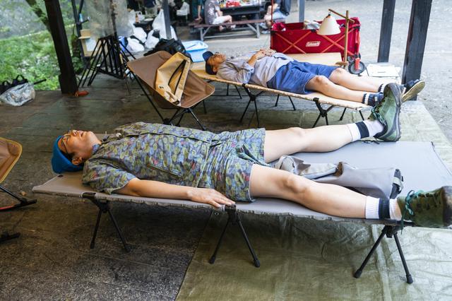 画像: photographer 吉田 達史 気持ち良すぎてもう一度寝転ぶ二人