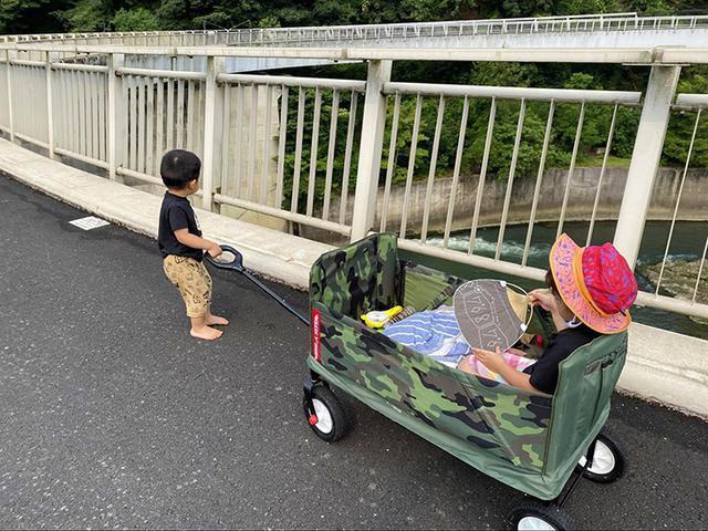 画像: 円形展望橋まではキャリーワゴンに2人とも乗り、橋上では息子が引っ張ってくれました (筆者撮影)