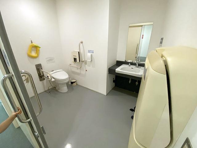 画像: 筆者撮影 館内のだれでもトイレ