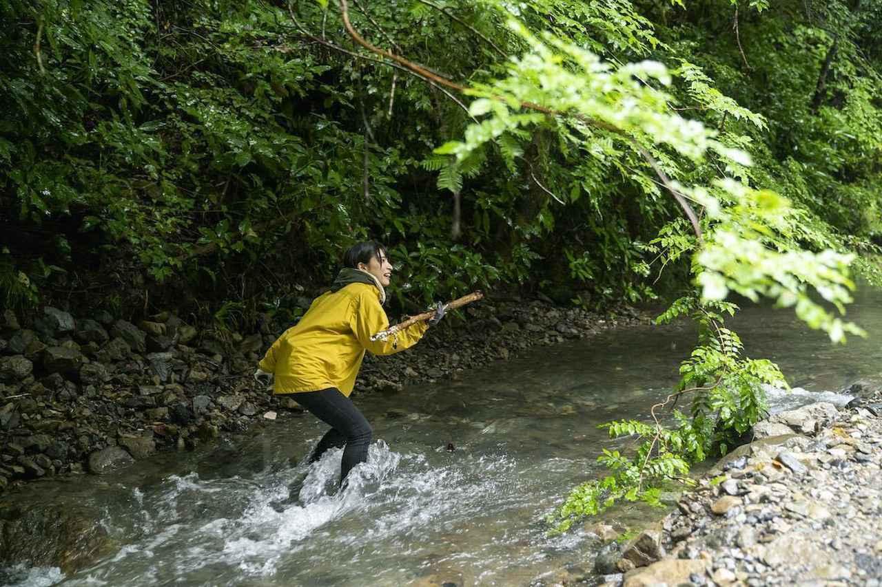 画像: (photo by 吉田 達史)おぎやはぎさんビックリ!川の中を靴のままザブザブ歩くかほなんさん。さすが、さばいどるです!