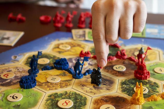画像: カタンで勝利するためのおすすめ戦略を紹介! 素材と交渉をどのように使うかがポイント!