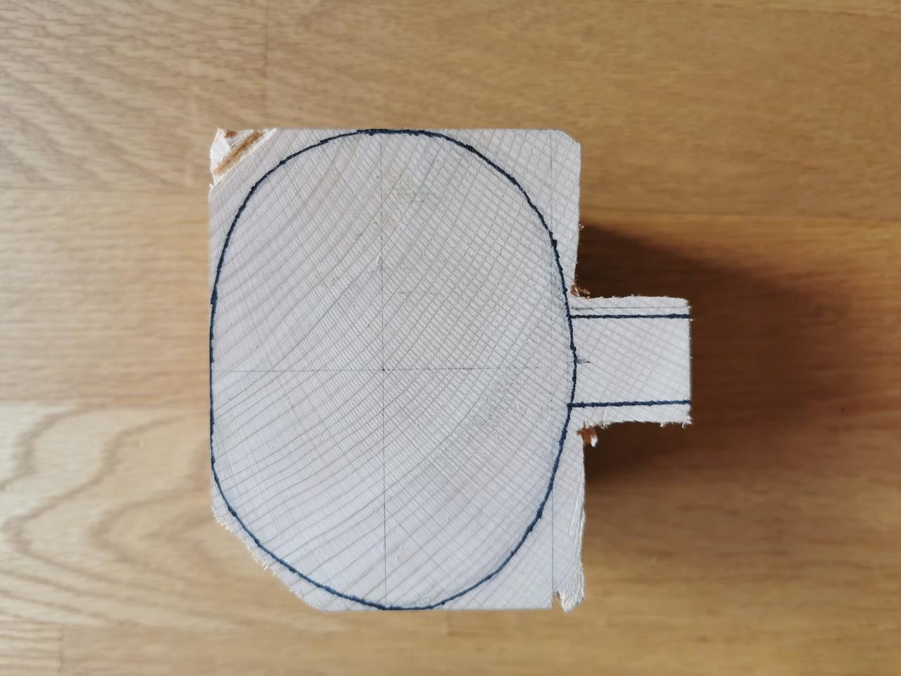 画像: 無理しないようにカップの丸い部分を荒削りします (筆者撮影)