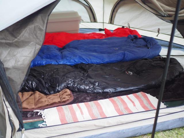 画像: ライター撮影 3人分の寝袋を敷いた様子