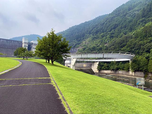 画像: 日吉ダムと円形展望橋 (筆者撮影)