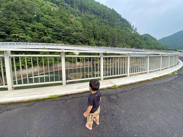 画像: 円形展望橋からの眺めに圧倒される息子 (筆者撮影)