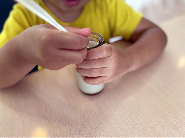 画像: 黒豆ぷりんを食べる娘 (筆者撮影)